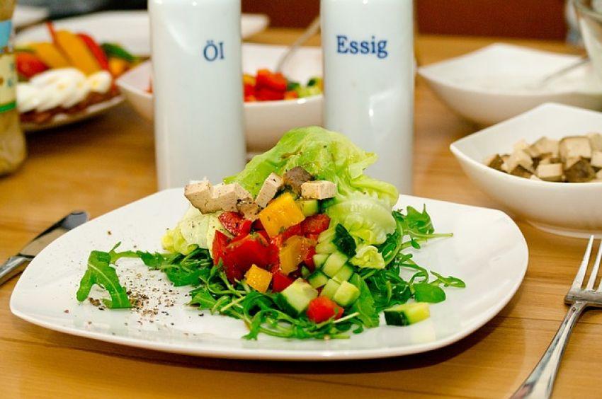 食デリバリー 福利厚生で活用し美味しく節約  社員の食事・間食は福利厚生費として処理し、非課税対